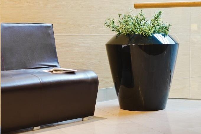 ekskluzywna czarna donica do biura
